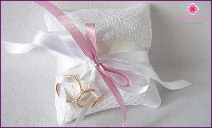 Weißes stilvolles Kissen für Ringe
