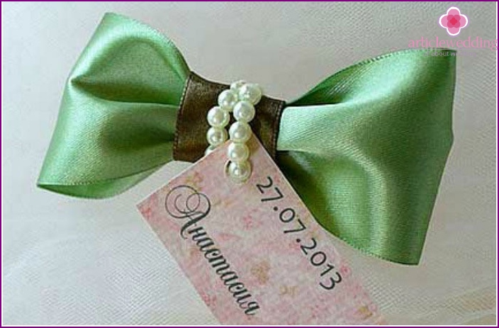 Guest card with bow.