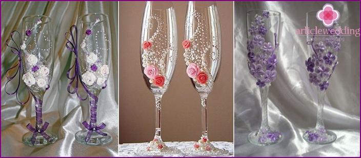 Hochzeitsgläser mit Porzellanblumen verziert