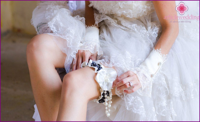 How to sew a bride's satin garter