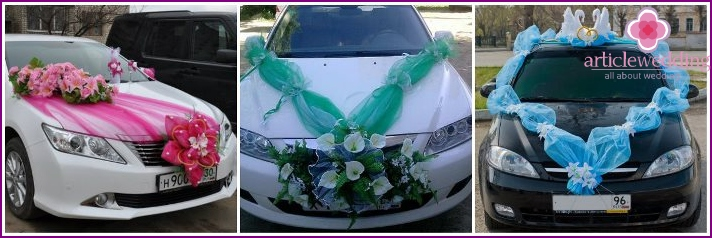 Decoration of a wedding car with tulle flowers