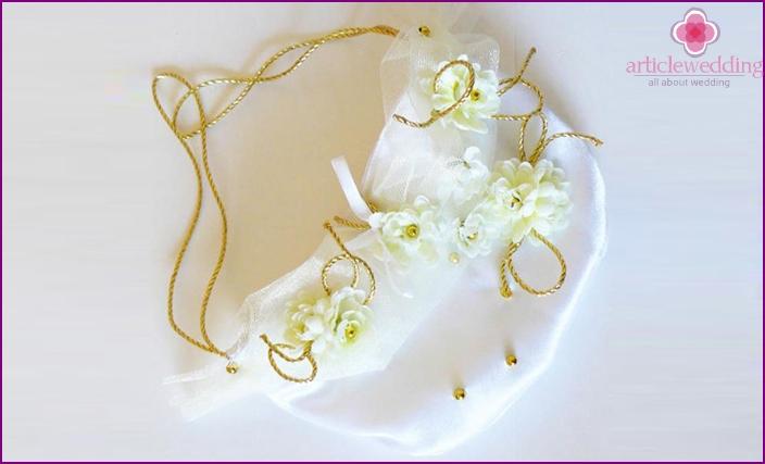 Valmiin tuotteen koristelu kukilla ja helmillä