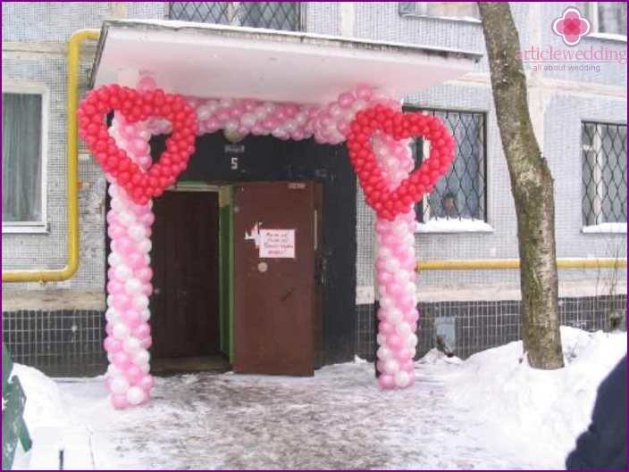 Decoration of the entrance to the entrance with balloons photo