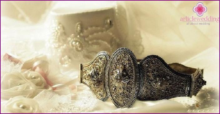 Elemente des Hochzeitskostüms einer ossetischen Braut