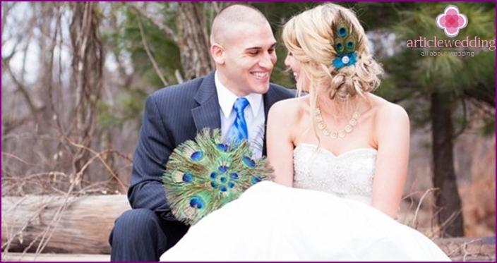 Pfauenfeder als spektakuläres Detail einer Hochzeitsdekoration