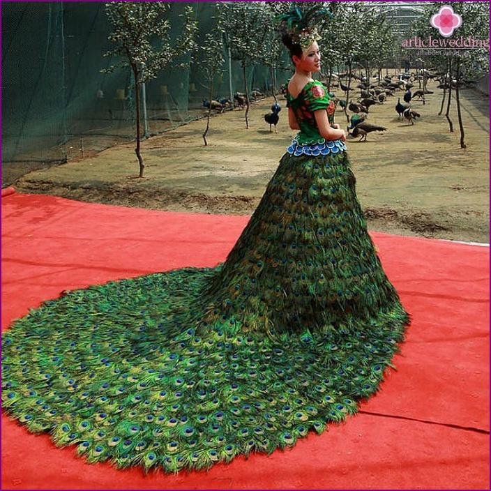 Federn - eine originelle Lösung für ein Kleid