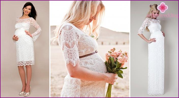 Geschlossenes Spitzenoutfit für schwangere Braut