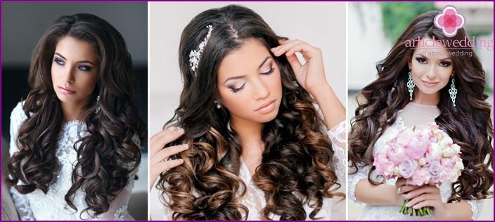 Lose Haare für ein geschlossenes Kleid der Braut