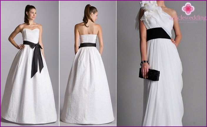 Valkoinen mekko, leveä musta vyö
