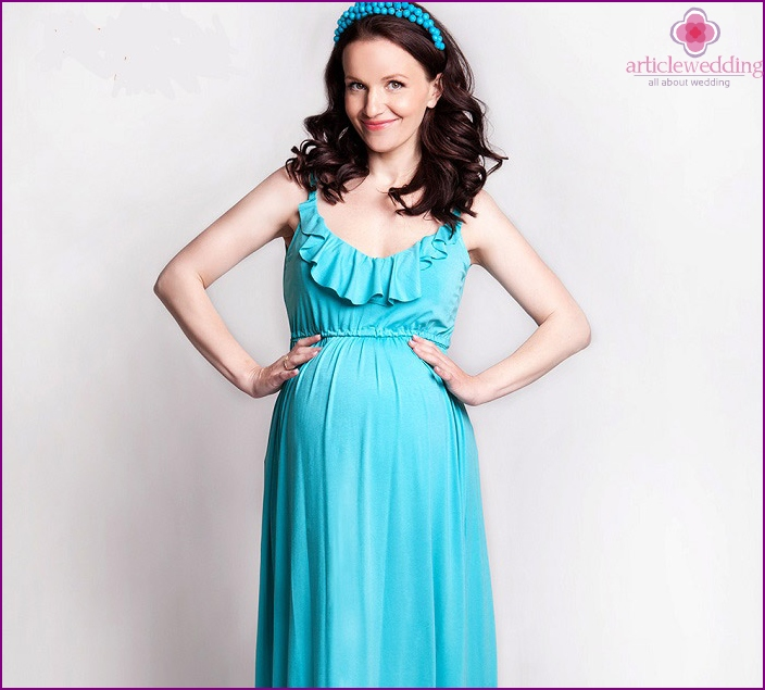 Kuva raskaana olevalle tyttöystävälle: mekko lattialla