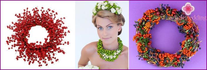 Eine Kombination aus Beeren und Blumen für einen Hochzeitskranz