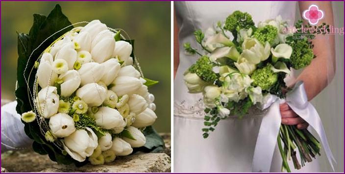 Valkoisia tulppaaneja ja vihreitä oksia morsiamen ja sulhanen kanssa