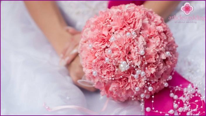 Braut mit einem Blumenstrauß