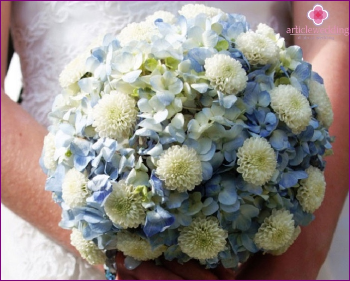 Round wedding arrangement: two types of flowers