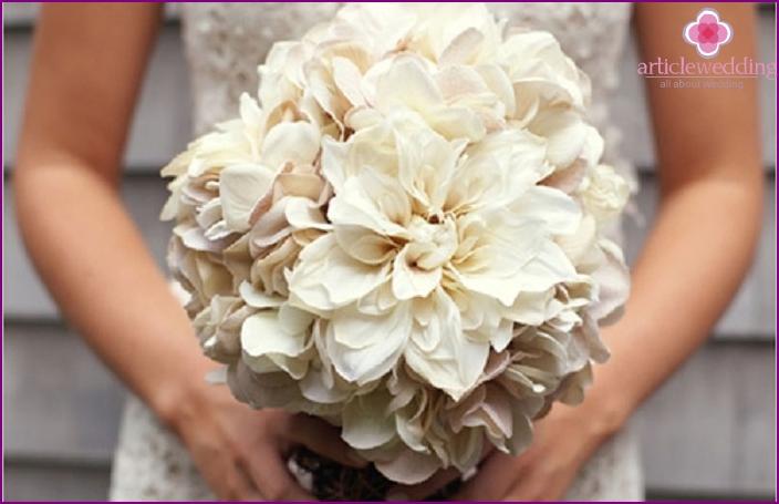 Kukkakimppu tuoreilla kukilla morsiamen kanssa