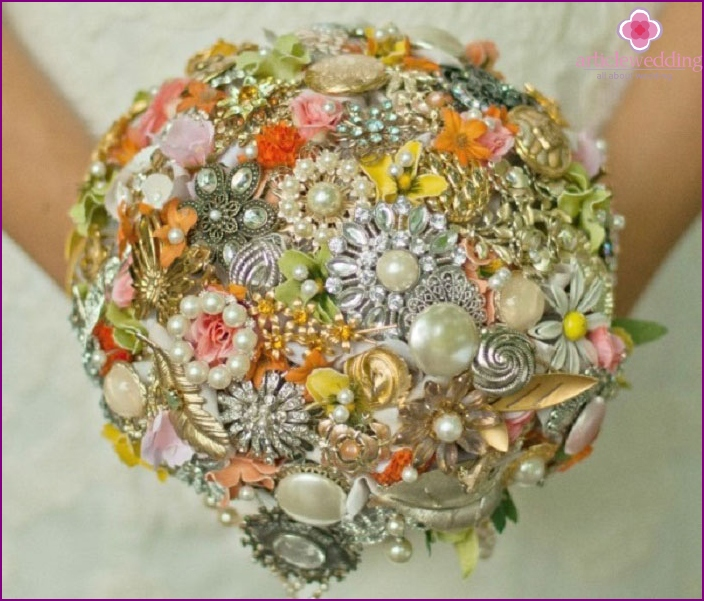 DIY brooch bouquet for the bride