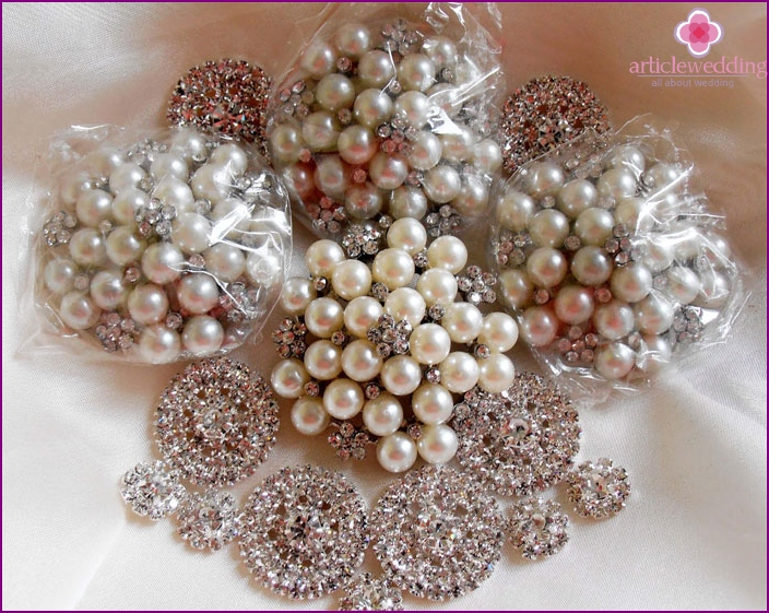 Brooches for the bride's bouquet