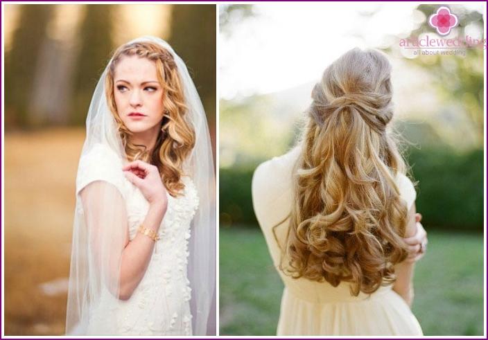 Hochzeitsstyling von langen Haaren mit ineinandergreifenden Strähnen und Zöpfen