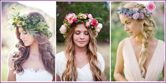 Das Bild einer langhaarigen Braut: ein Blumenkranz statt eines Schleiers