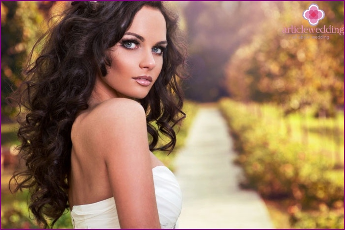 Bride hairstyle with long curls