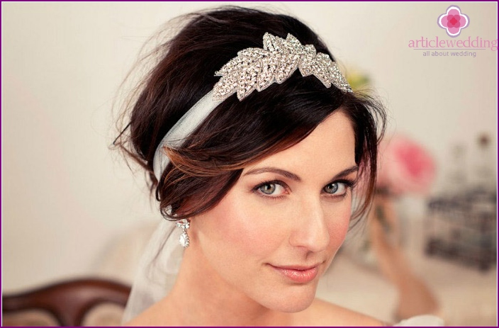 Accessory with a veil on an elastic band