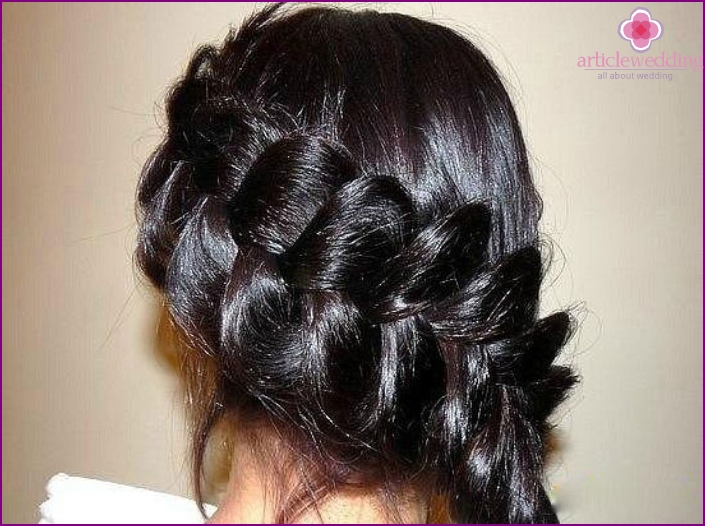 Wedding hairstyle: weaving diagonally