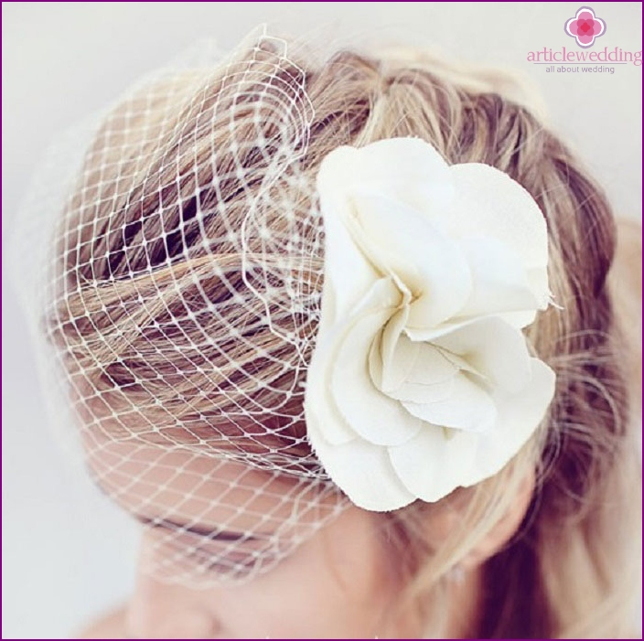 Veil for the bride with a flower