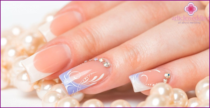 Harmonious combination of rhinestones on the nail plate