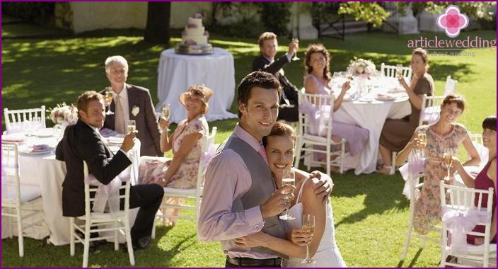 Tischspiel mit einer Kamille für eine Hochzeit
