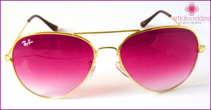 Pink glasses - props for a fun table game