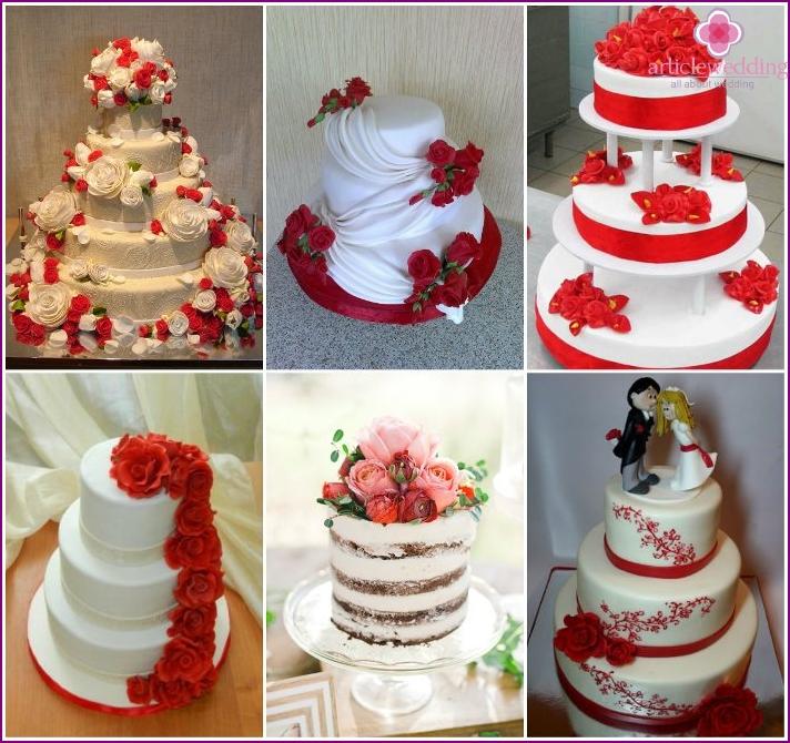 Weiße Hochzeitstorte mit roten Blumen