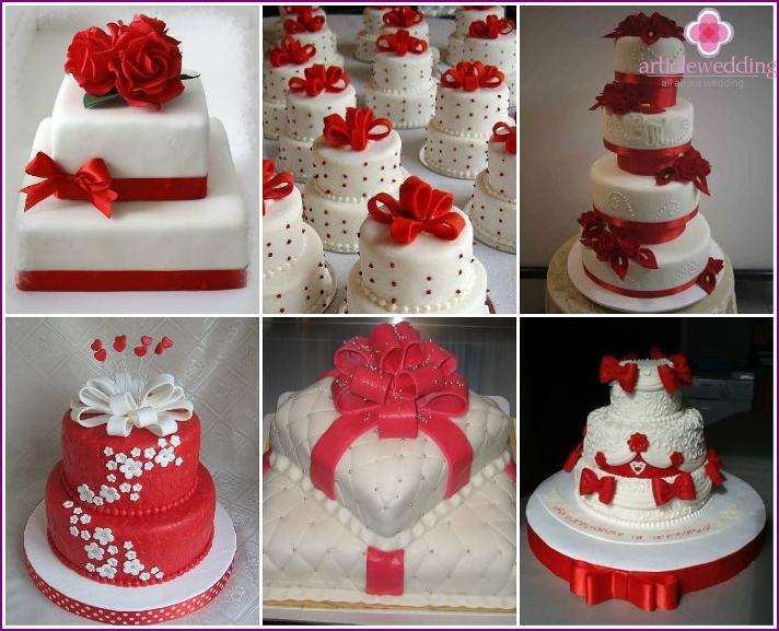 Dekor einer roten Hochzeitstorte mit Bändern und Schleifen