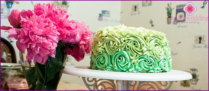 Cremefarbene Rosen als Dekoration für ein Hochzeitsdessert