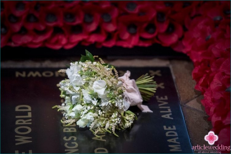 The tradition of laying a wedding bouquet at the tomb of the unknown soldier