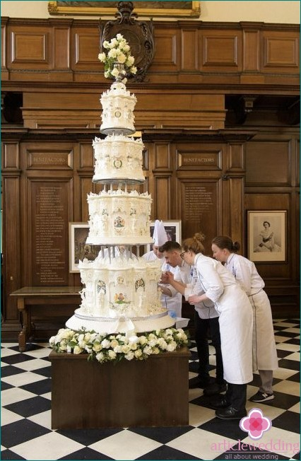 Last piece of wedding cake put up for auction
