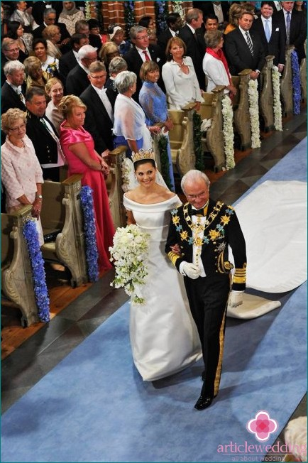 Father leads the royal bride to the middle of the hall in Sweden