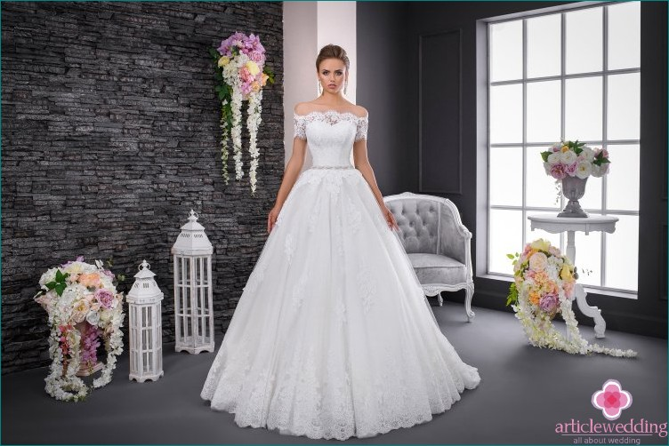Wedding dress with short sleeves