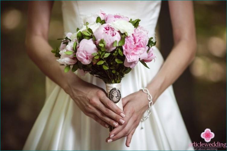 Sign about the bride's bouquet