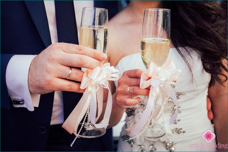 Signs about wedding glasses