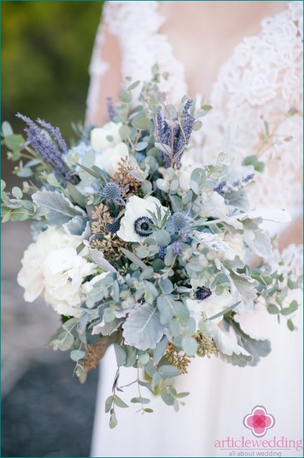 Bouquet with dusty blue tones