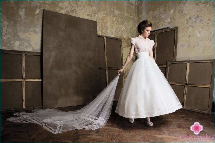An interesting style of dress for a geometrical wedding